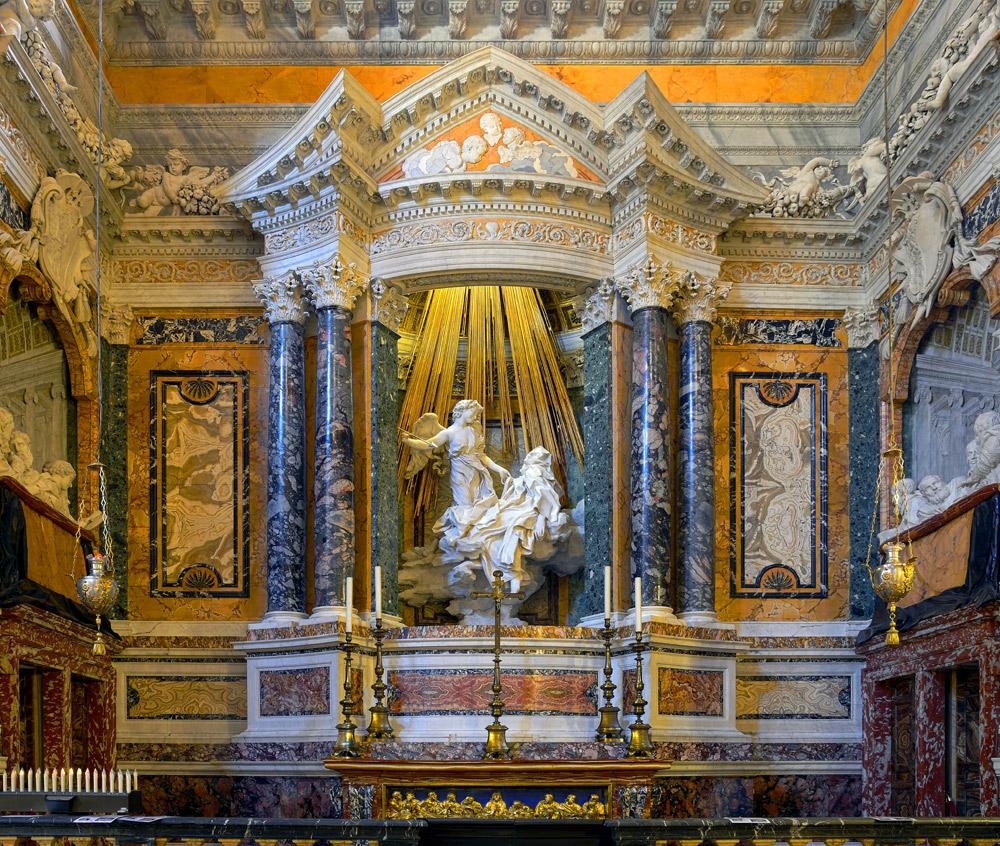 Roma, un'insegnante fa lezione ai ragazzi di quinta nelle chiese barocche