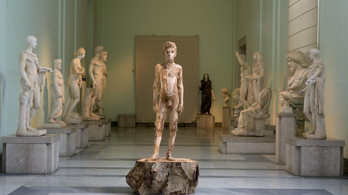 Il Museo Archeologico di Napoli ospita una singolare mostra personale di Aron Demetz