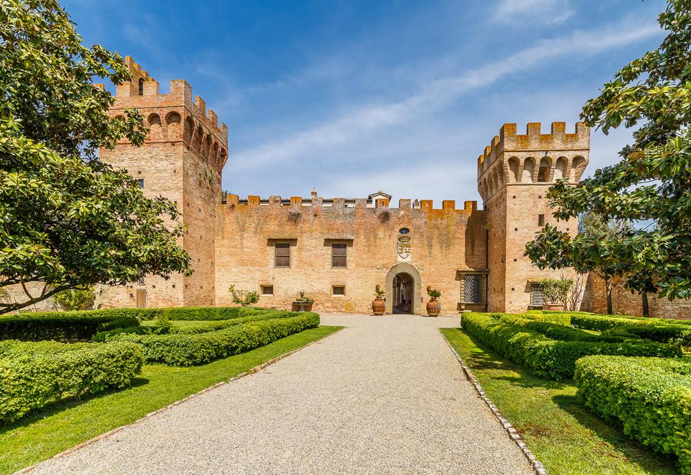A Castelfiorentino, Toscana, è in vendita il Castello di Oliveto, attribuito a Brunelleschi