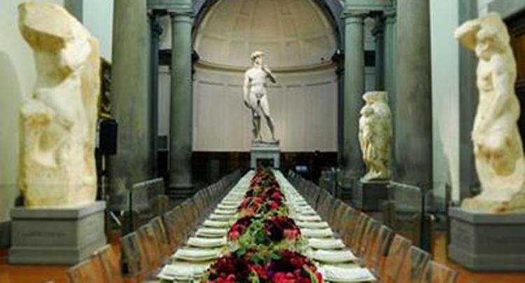 Cena davanti al David di Michelangelo? Fake news: abbiamo sentito l'Accademia e il fotografo