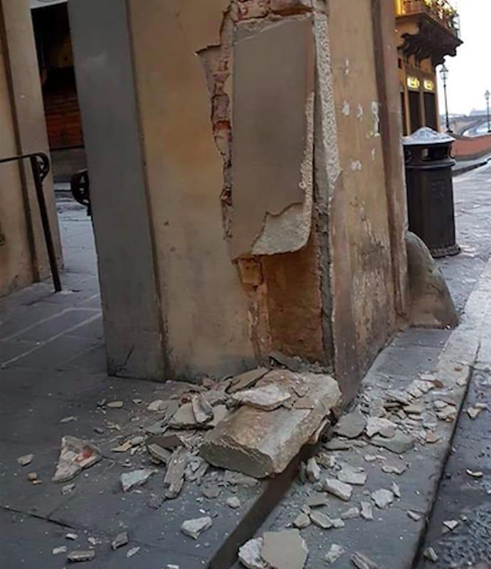 Firenze, furgone urta colonna del Corridoio Vasariano e la danneggia. Danno da migliaia di euro