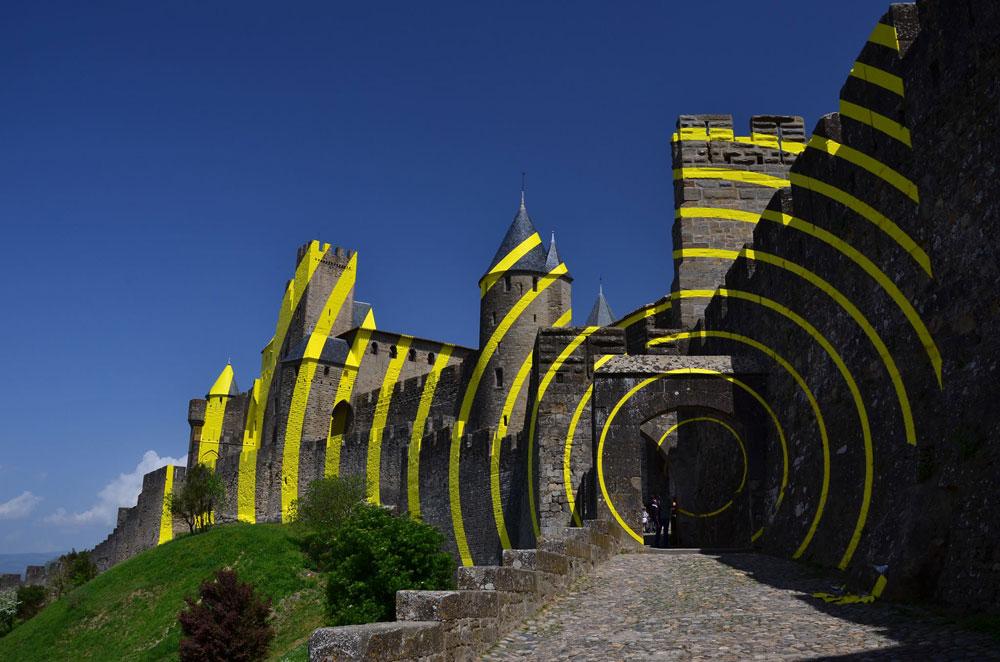 Cerchi concentrici sulla fortezza di Carcassonne: l'installazione che fa discutere di Felice Varini