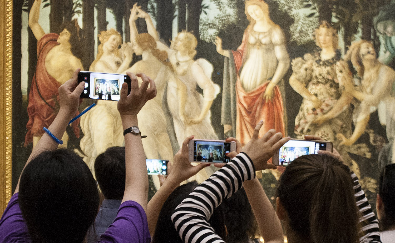 I turisti che assaltano gli Uffizi sono ora al centro di una mostra, che si tiene proprio agli Uffizi