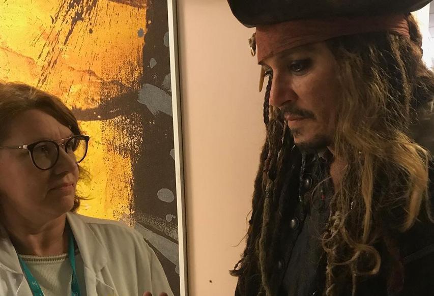 Parigi, Johnny Depp si traveste da Jack Sparrow e fa visita ai bambini malati in ospedale