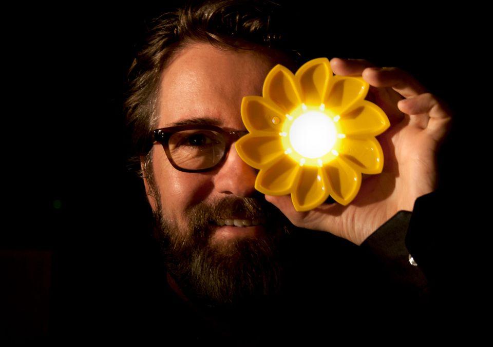 Olafur Eliasson stringe un accordo con IKEA per produrre piccoli ed economici oggetti a energia solare