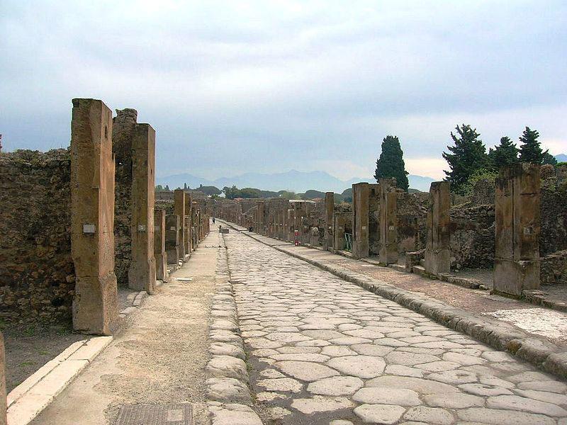 Turista inciampa accidentalmente e provoca la caduta di una colonna negli scavi di Pompei