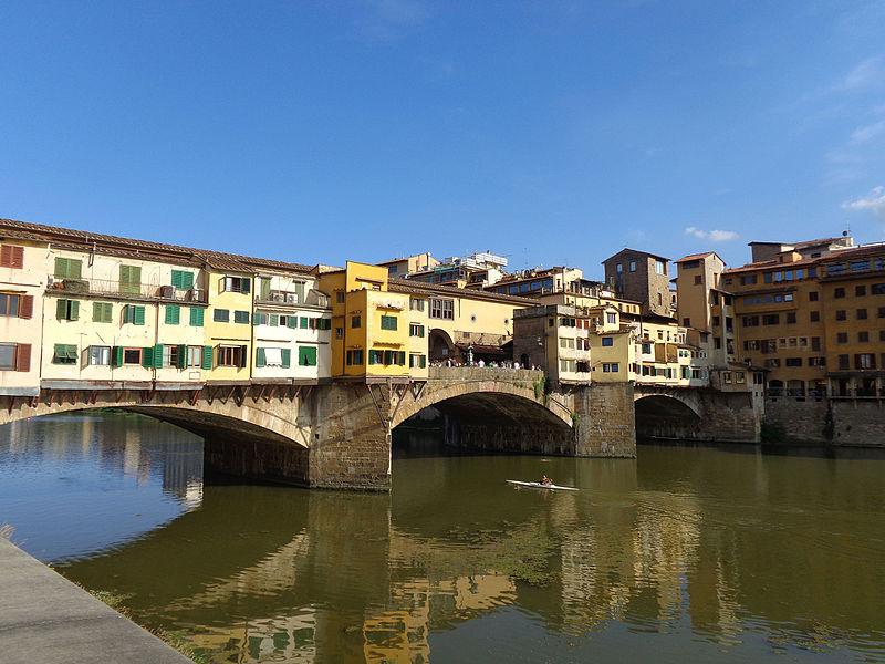 Firenze, scrive il suo nome col pennarello indelebile sul Ponte Vecchio: turista rischia reclusione e multa