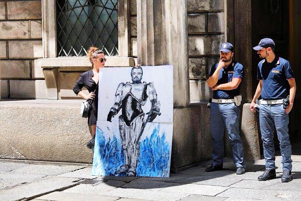 Milano, Salvini diventa Robocop: blitz artistico di Cristina Donati Meyer per protestare contro i respingimenti dei migranti