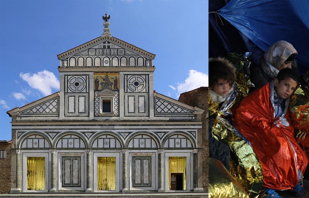 Firenze, le coperte termiche dei migranti sulle porte di San Miniato al Monte: è l'installazione di Giovanni De Gara