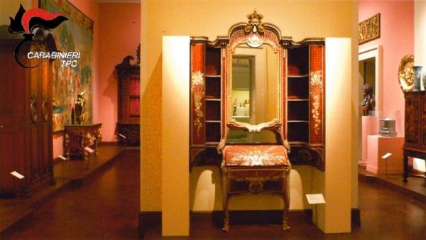 Torino: i Carabineiri ritrovano la magnifica scrivania settecentesca del grande ebanista Pietro Piffetti