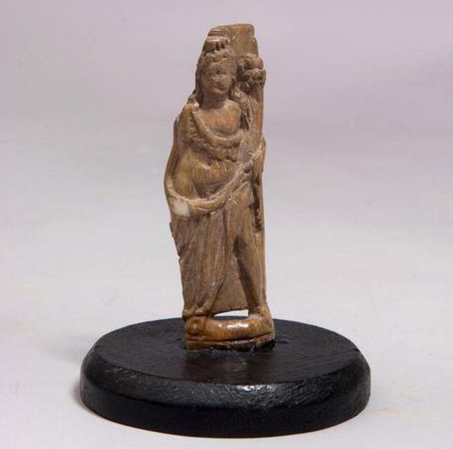 Dopo sessant'anni torna a Paestum una statuetta portata a casa da un bambino