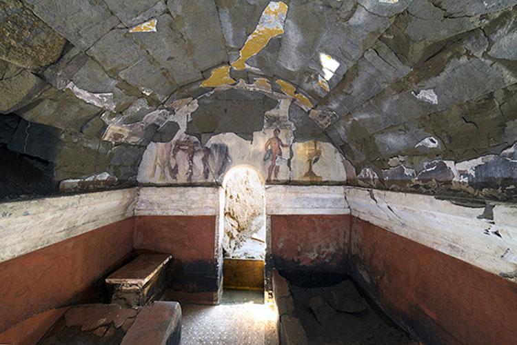 Scoperta a Cuma una tomba del II secolo a.C. dipinta con scene di banchetto