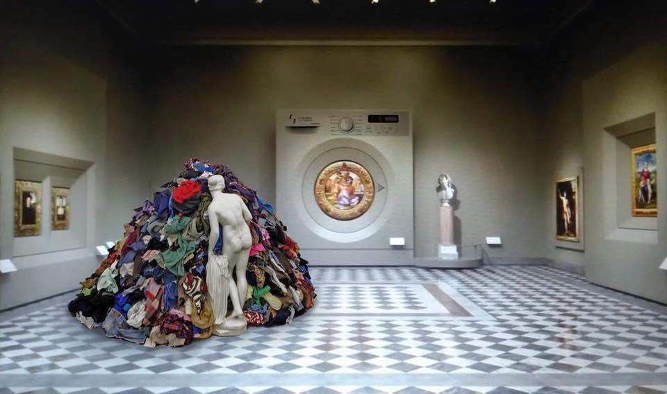 Il nuovo allestimento del Tondo Doni sembra una lavatrice: e gli Uffizi rispondono al web con ironia!