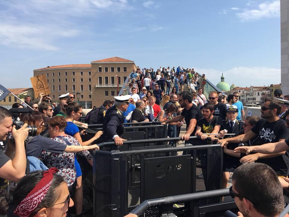 """Venezia, attivisti smontano i tornelli che sbarrano l'ingresso al centro storico: """"la città non è un luna park"""""""