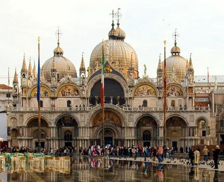 """Venezia, arriva il """"daspo"""" per i turisti cafoni: i maleducati saranno espulsi dalla città"""