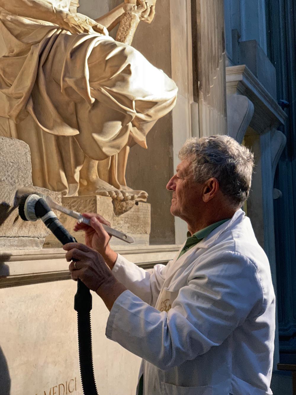 Antonio Forcellino restaura la Madonna Medici . Ph. Credit Andrea Jemolo