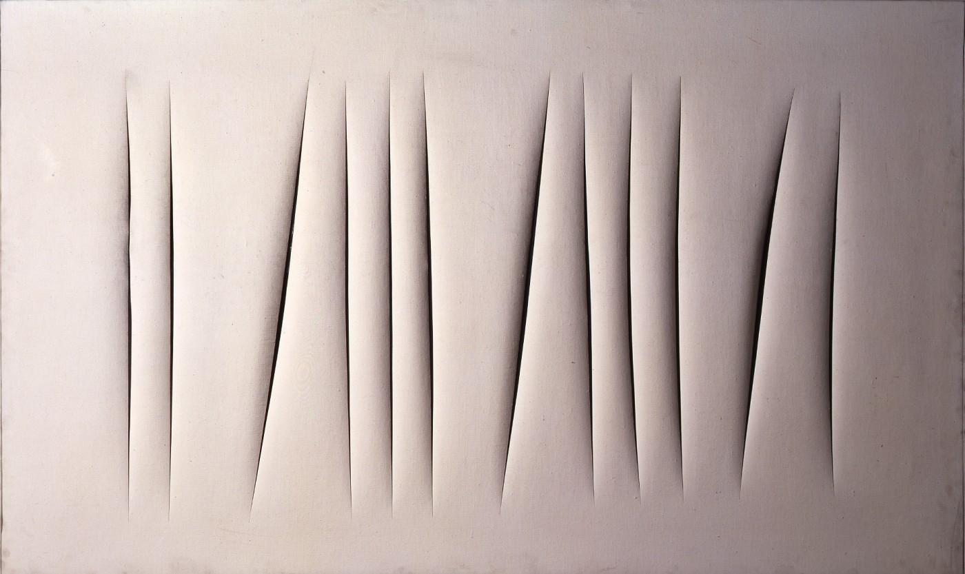 Lucio Fontana, Concetto spaziale. Attese (1964; cementite su tela, 190,3 x 115,5 cm; Torino, Galleria d'Arte Moderna). © Fondazione Lucio Fontana