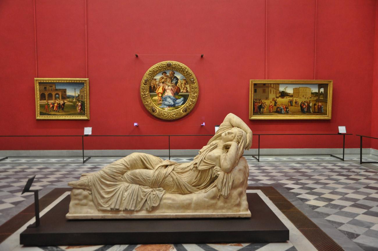 Uffizi, allestimento della sala del Tondo Doni con la Cleopatra (2012 - 2018).