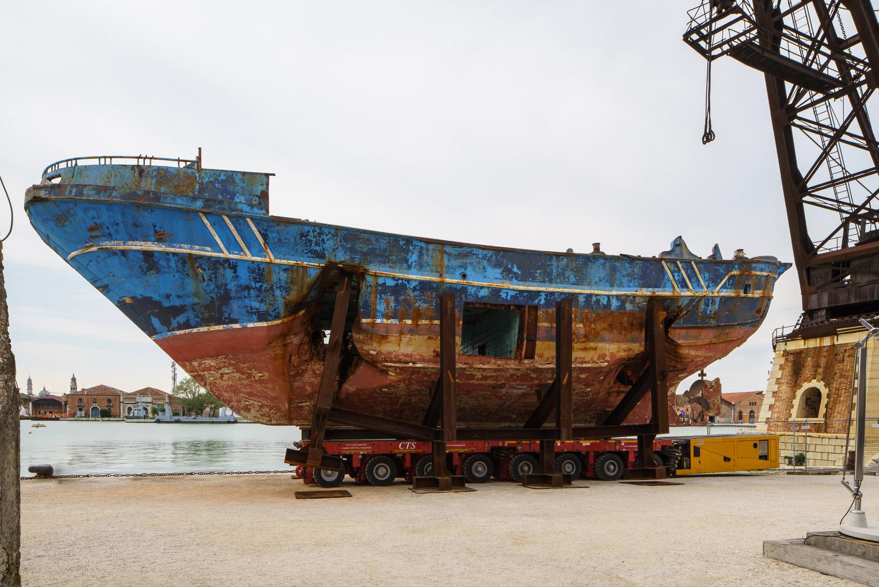 Torna in Sicilia il relitto del naufragio dei migranti esposto alla Biennale di Venezia 2019