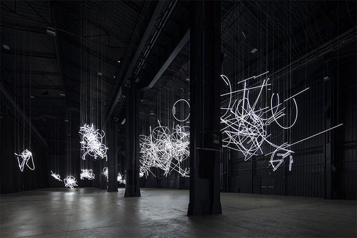 Milano, Cerith Wyn Evans protagonista alla Pirelli HangarBicocca con la sua mostra più grande in Italia