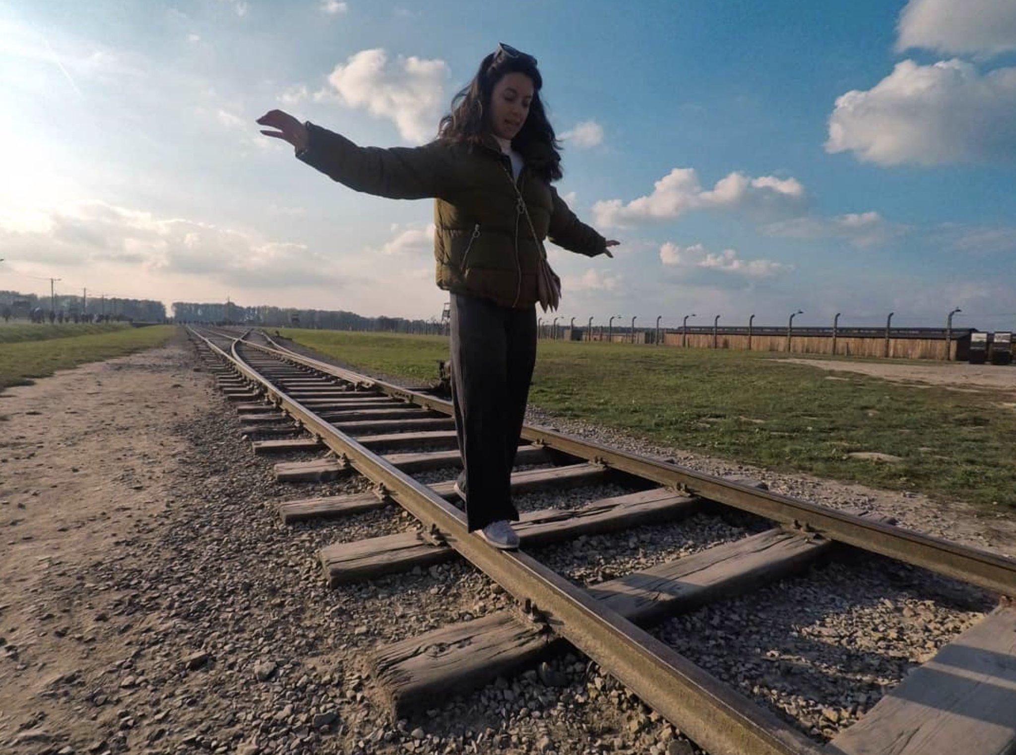 """Auschwitz, appello contro le foto inappropriate. """"Ci sono altri posti dove imparare a stare in equilibrio su un binario"""""""
