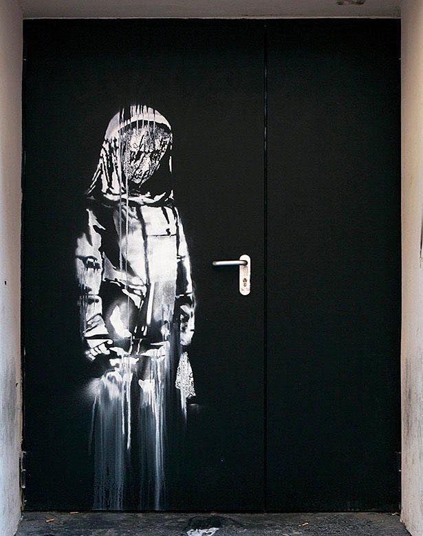 Sfregio alla memoria della strage del Bataclan: rubato il murale di Banksy dedicato alle vittime