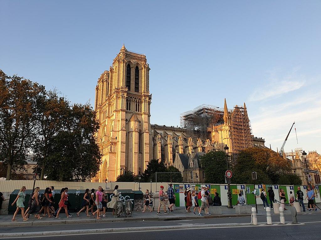 """""""Notre-Dame è ancora a rischio crolli"""". La denuncia di Philippe Villeneuve, l'architetto responsabile della messa in sicurezza"""