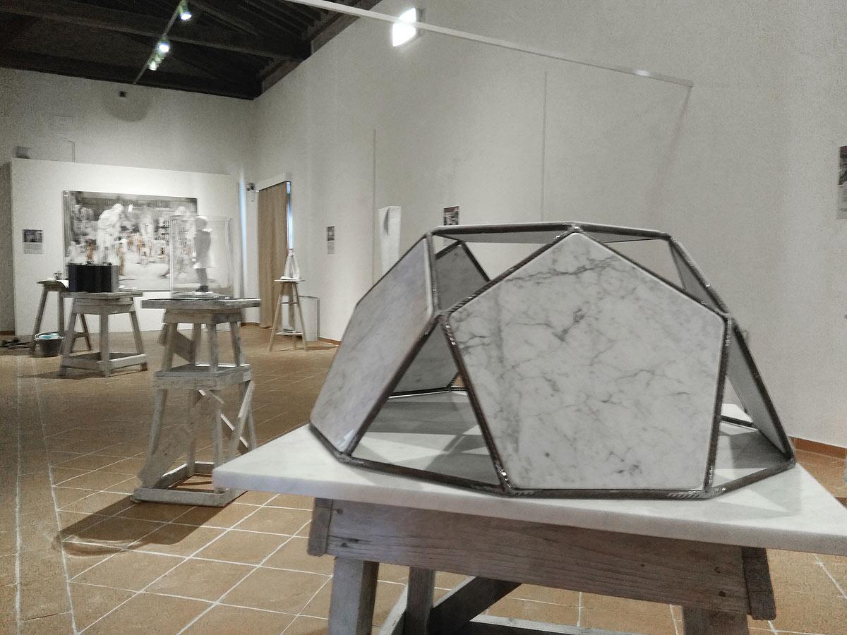 """Come nasce un'opera in marmo? A Carrara una mostra sui """"work in progress"""" dei laboratori artigianali"""