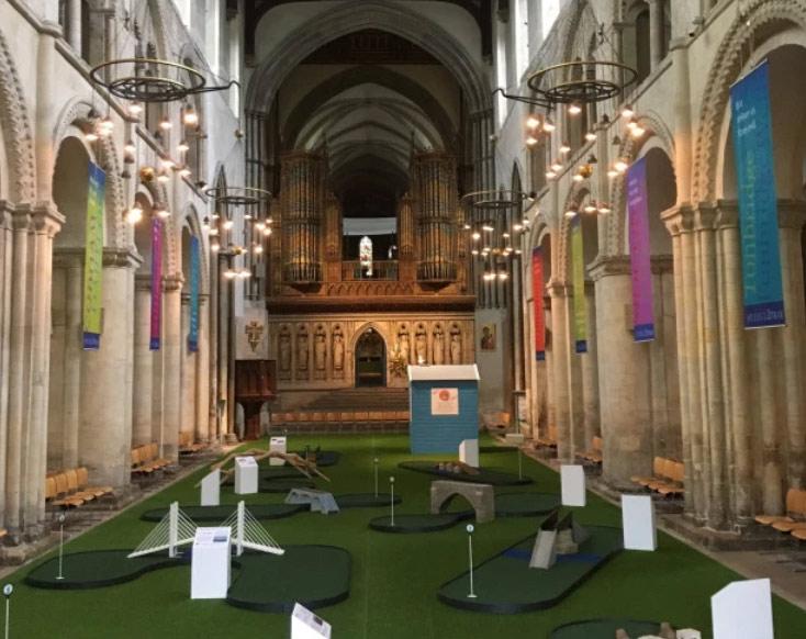 Inghilterra, la Cattedrale di Rochester ospita al suo interno, per un mese, un campo da minigolf