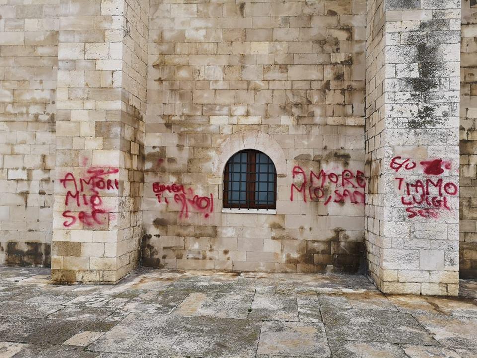 """Trani, imbratta la Cattedrale per dedica amorosa al suo Luigi. Il sindaco: """"Luigi, hai una fidanzata idiota"""""""