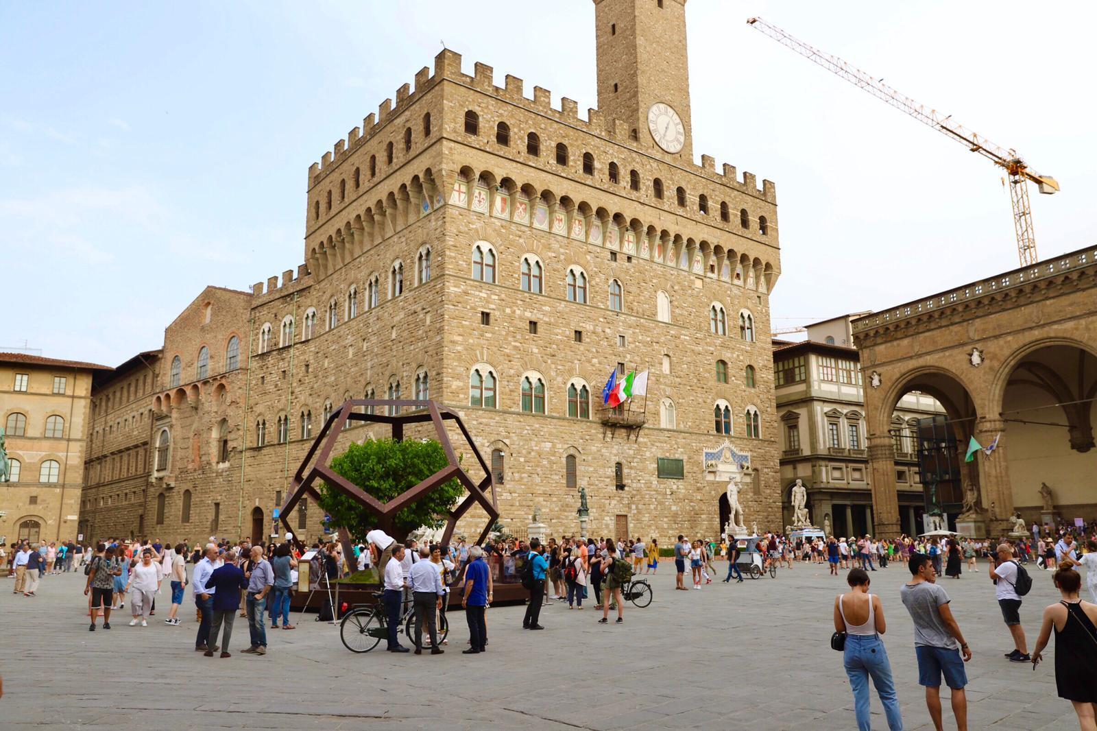 Firenze, in piazza della Signoria arriva un dodecaedro alto sei metri che omaggia Leonardo