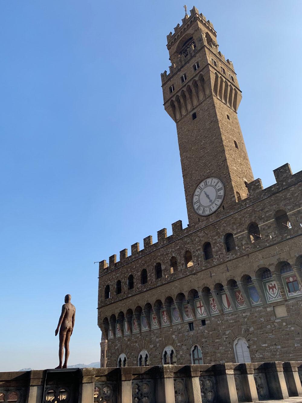 Un uomo in piedi sulla terrazza degli Uffizi: è Event Horizon di Gormley