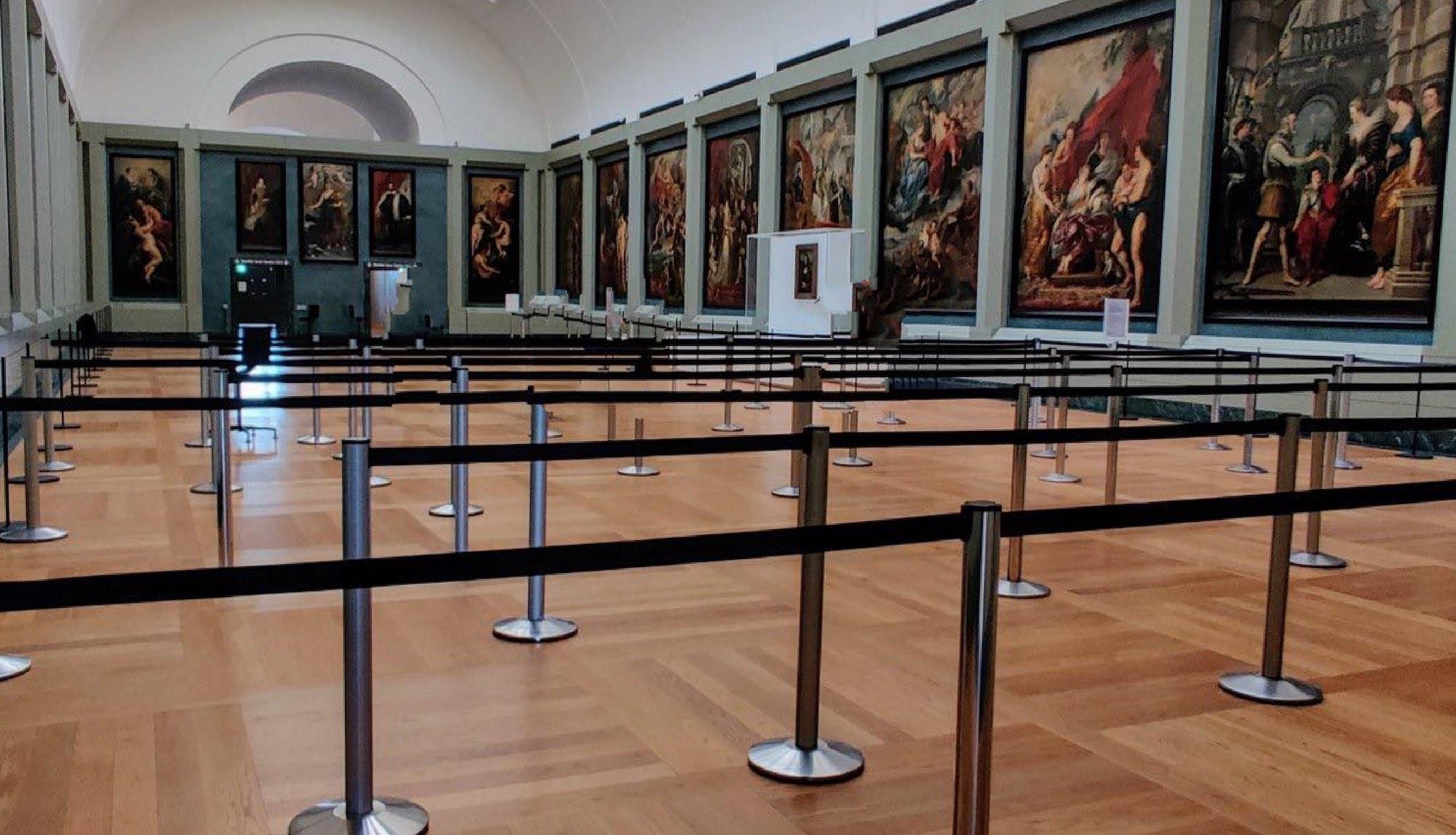 Louvre come Disneyland: le code per vedere la Gioconda si fanno in un percorso transennato. E la sicurezza?
