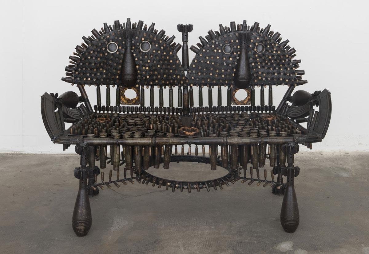 L'arte che nasce dalle armi usate in una sanguinosa guerra civile. Le opere di Gonçalo Mabunda in mostra a Pietrasanta