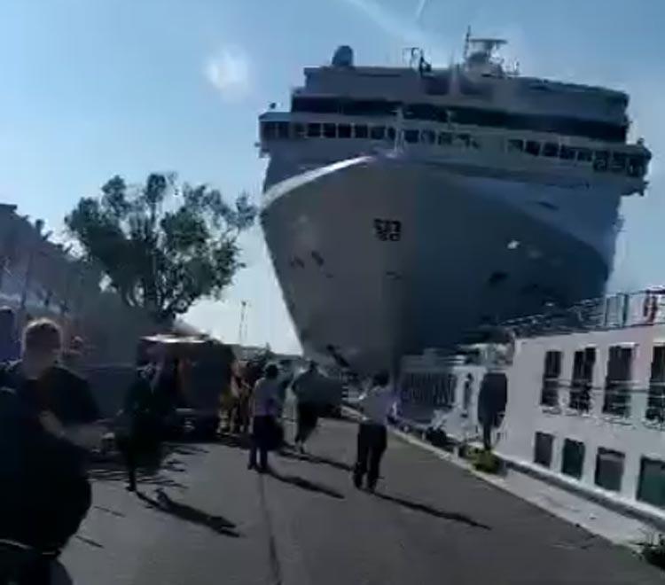 Venezia, incidente nel canale della Giudecca: nave da crociera urta battello, 4 feriti. Il video sui social