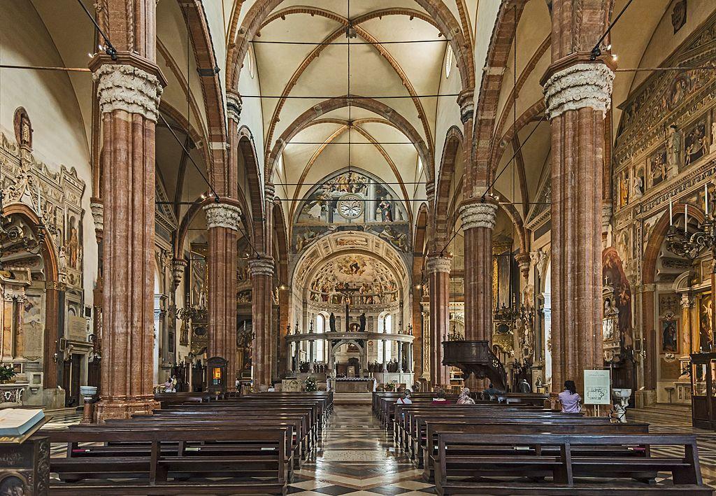 Maltempo a Verona, crolla porzione del tetto del Duomo durante la messa, lievi danni