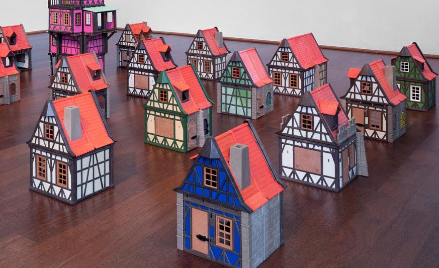 I Playmobil conquistano i critici di Artissima. Vince un villaggio di venti case giocattolo