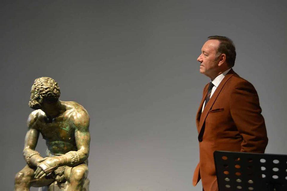 Dopo due anni, Kevin Spacey riappare in pubblico a Roma. E lo fa di fianco al Pugilatore