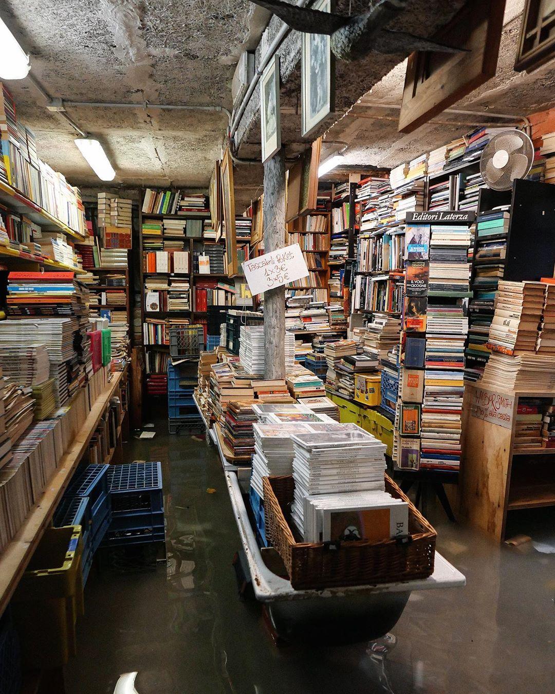 Libreria Acqua Alta di Venezia colpita dalla marea, perse migliaia di libri