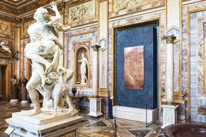A Roma, tagli e buchi di Lucio Fontana tra i capolavori di Bernini e Caravaggio. La mostra alla Galleria Borghese