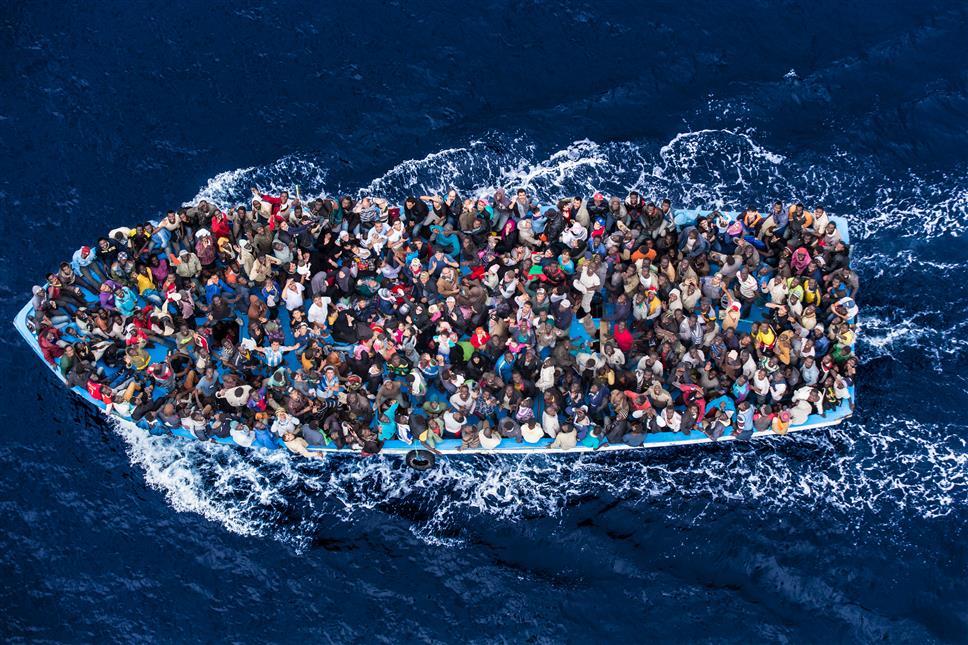 """Il fotografo Massimo Sestini: """"quella foto l'ho regalata al mondo, un politico non può usarla contro i migranti"""""""