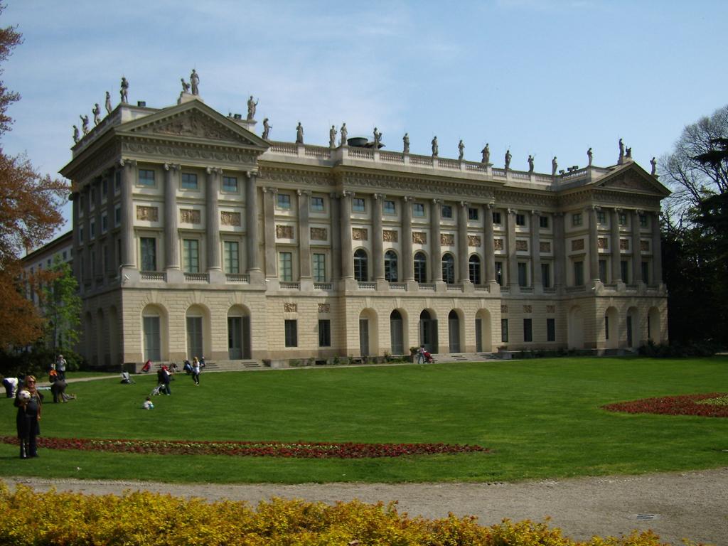 Milano, i giardini di Villa Reale vietati agli adulti. Arrivano le guardie per controllare gli accessi