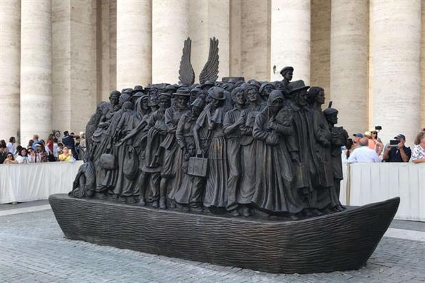 Il papa ha inaugurato un monumento ai migranti in piazza San Pietro