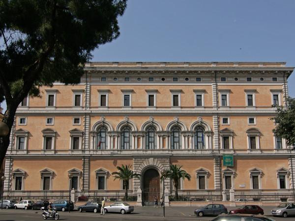 Diego Perrone crea una scultura in bronzo che dialoga con l'antico al Museo Nazionale Romano