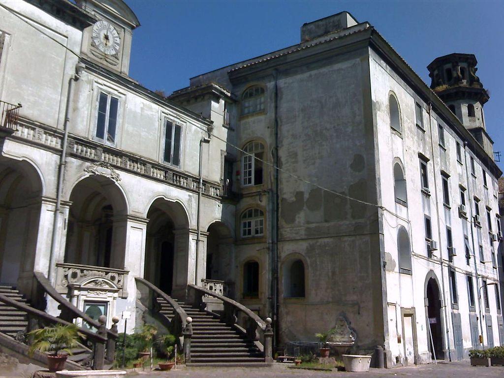 Napoli, nuove crepe al complesso degli Incurabili: evacuati l'ospedale e un palazzo adiacente