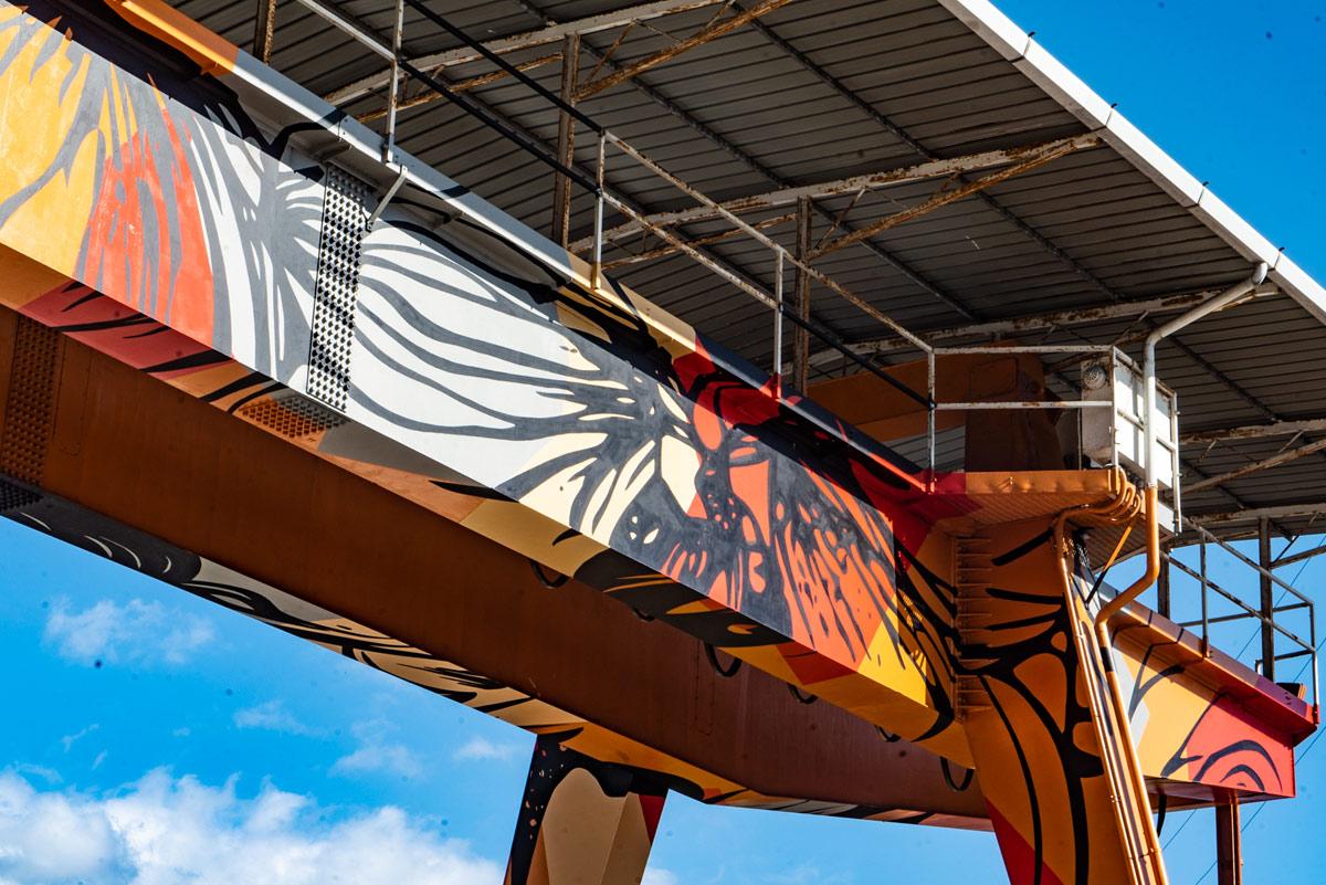 Un raro progetto di street art in un luogo di lavoro. A Carrara, gli Orticanoodles fanno lavorare gli operai nel bello