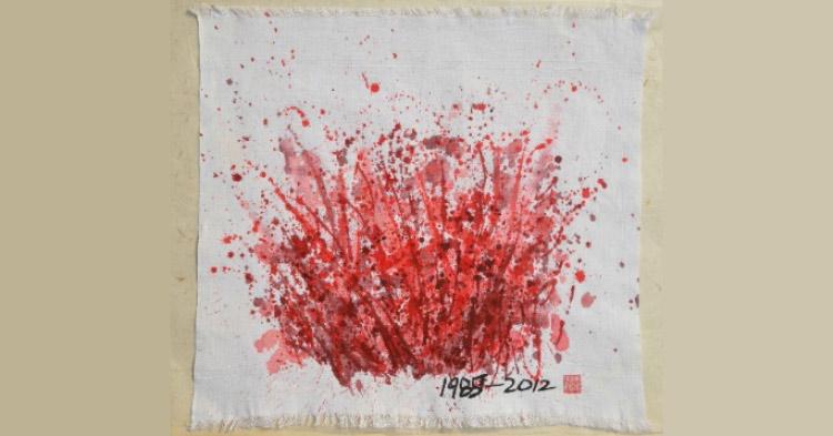 Artiste donne creano una mostra sulle mestruazioni. E le opere sono fatte con un antico assorbente. Le foto