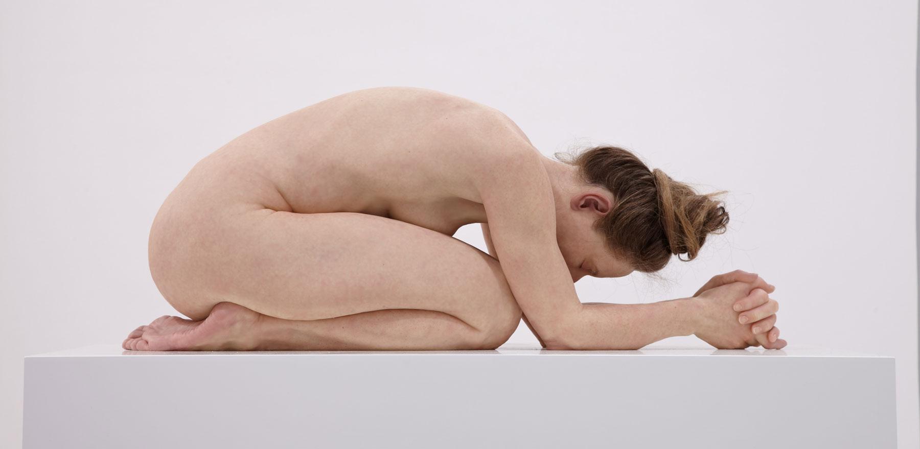 Questi corpi... non sono corpi, ma statue. In Belgio una grande mostra di scultura iperrealista