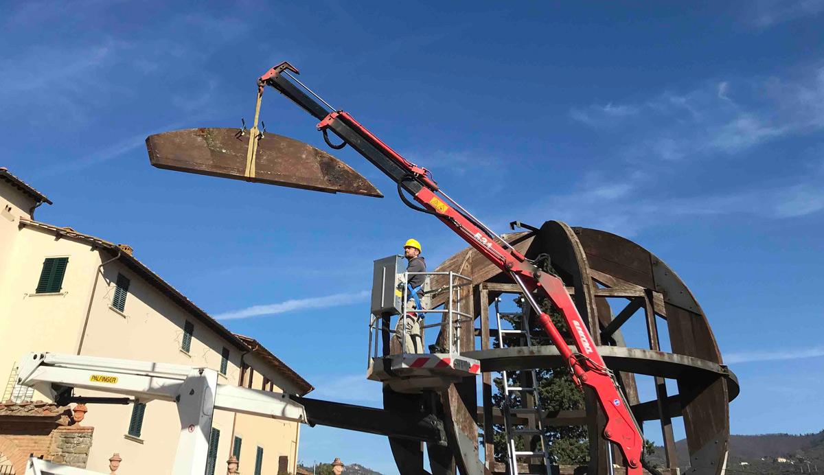 Vinci, comincia il restauro dell'Uomo di Vinci di Mario Ceroli. La grande scultura smontata
