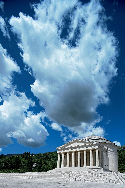 Duecento anni fa la posa della prima pietra del Tempio Canoviano di Possagno.